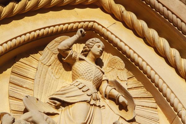 Dettagli bassorilievo sopra il portale della chiesa di Brendola sui Colli Berici