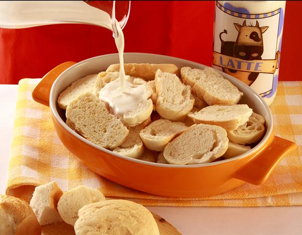 Il pane viene messo ad inzuppare nel latte
